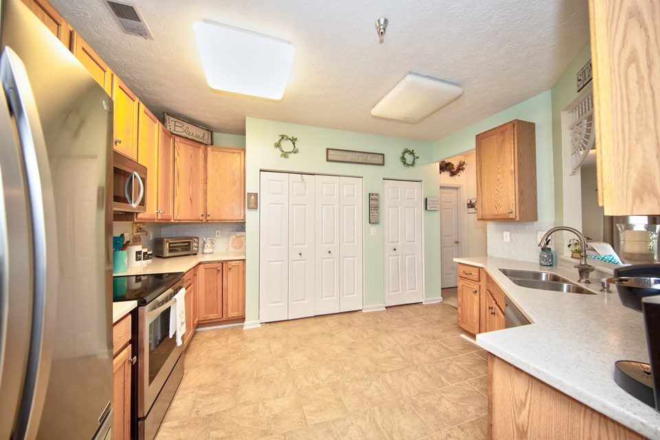 kitchn with pantry & full size washer/ dryer